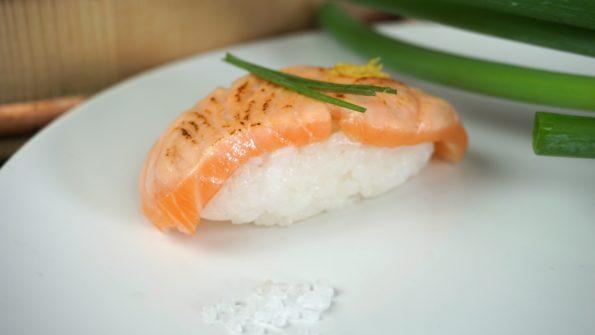 Flambiertes Nigiri Sushi komplett dekoriert