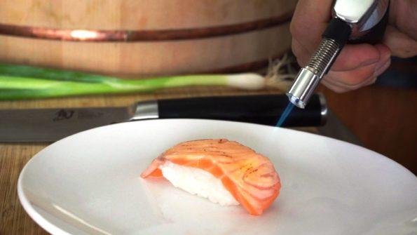 Nigiri Sushi mit Lachs flambieren
