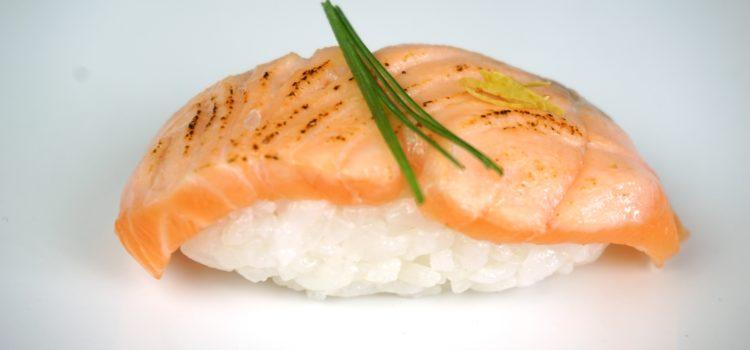 Flambiertes Lachs Nigiri – Sushi mit Feuer!