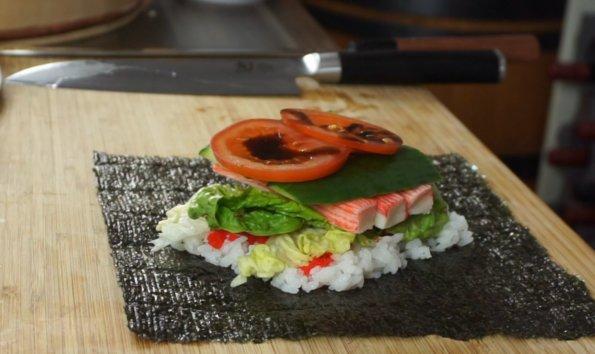 Onigirazu mit Zutaten belegt