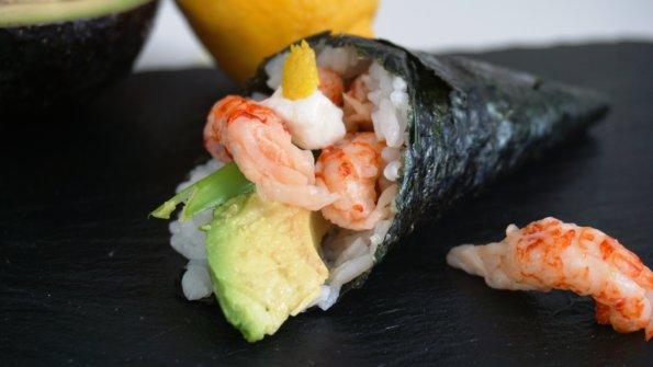 Temaki Sushi mit Flusskrebsen, Avocado, Meerrettich und Zitronenzeste