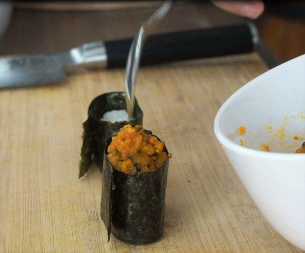 Gunkanmaki Sushi mit Kürbispüree befüllen
