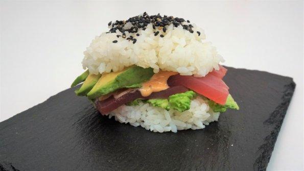 Sushi Burger - grüner Salat, roher Thunfisch, spicy Mayo und Avocado