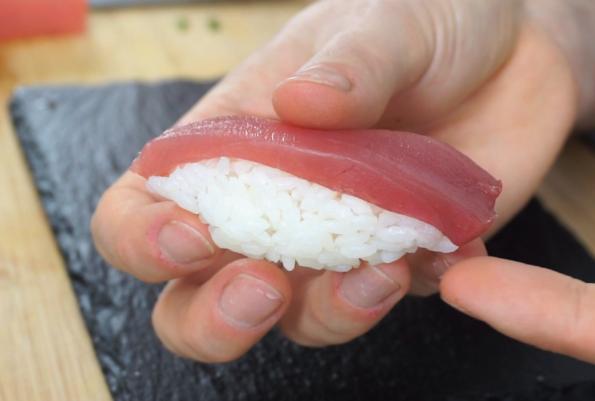 Nigiri mit rohem Thunfisch formen