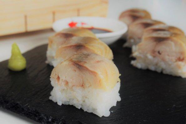 Oshi Sushi mit geräucherter Makrele