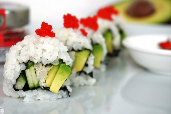 Ura Maki mit Krebsfleisch, Gurke und Avocado (California Roll)